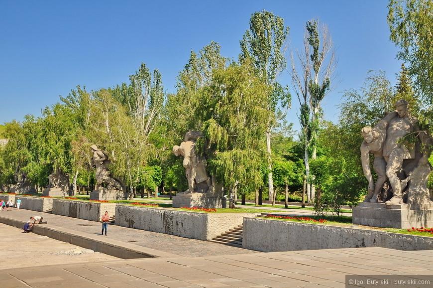 10. Площадь героев размещена между стенами-руинами и подпорной стеной с монументальным рельефом. Площадь разрезана огромным прямоугольным бассейном размером 25,6 х 86 м, который в летнее время заполняется водой. Справа - шесть скульптурных композиций, посвященных подвигам сталинградцев. Все скульптурные группы двухфигурные, выполнены из монолитного железобетона высотой 6 м, установлены на постаменты высотой 1 м, площадью 2,1 х 2,4 м, облицованы гранитом.