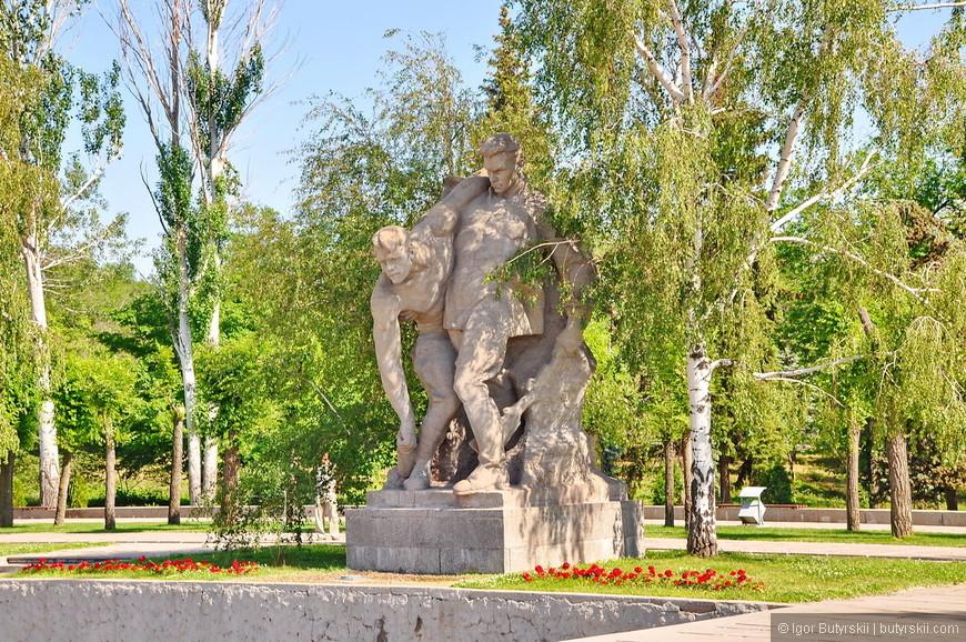 """11. Третья скульптура - """"Выстояв, мы победили смерть"""". Два воина защищают боевую позицию, один тяжело ранен, на двоих - одна граната, но они готовы к защите."""