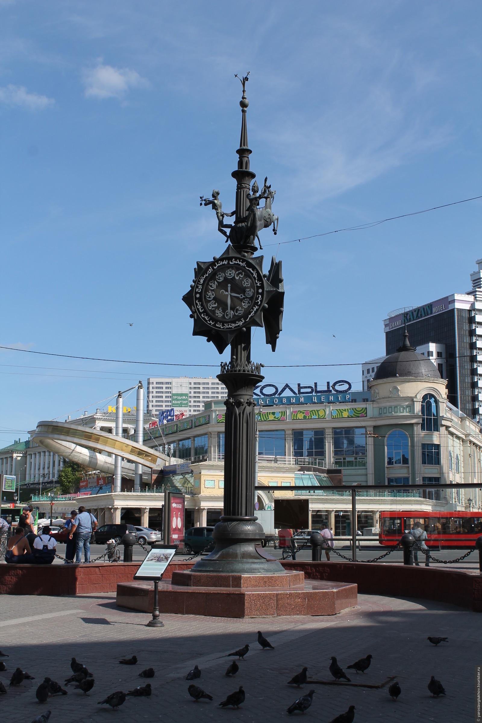 Часы на улице баумана – это монументально-декоративная композиция с часами, вылитая из бронзы, которая установлена в году в казани в начале известной улицы.
