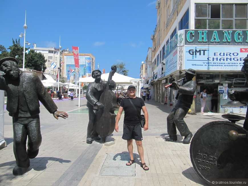 Скульптурная композиция на главной улице Нетании придаёт колорит еврейской свадьбы этому перекрёстку.