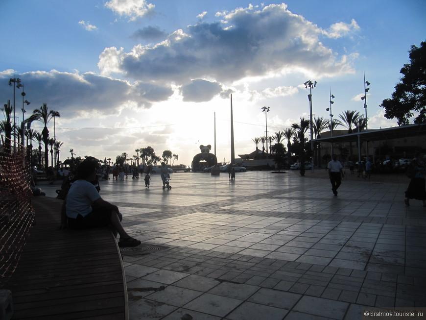 Главная площадь Нетании июльским утром.