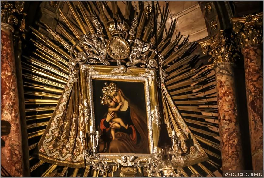 Картина нарисована  в византийском стиле и представляет Божью Матерь. Копия этой иконы, находящейся в главном алтаре Мариахильферкирхе, дала название не только церкви, но и улице,  и всему городскому району Вены.