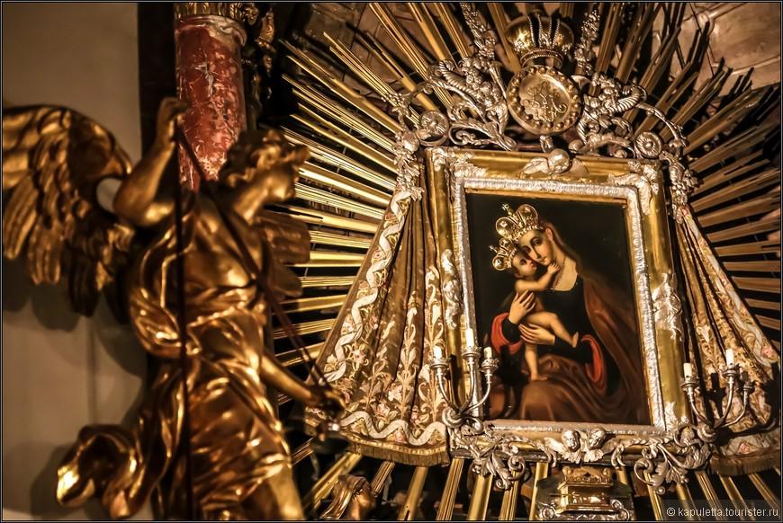 Паломничество к иконе становилось все интенсивнее, и в середине 17 века была построена каменная капелла для страждущих...А к 1690 году  Себастьян Карлоне и каменотес Амбросио Феррати приступили к строительству  нового храма.