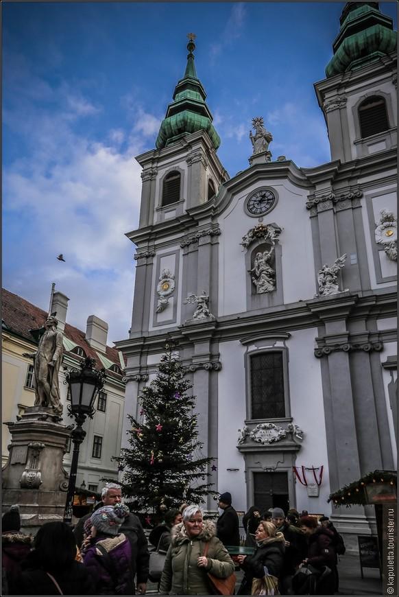 Храм находится на площади, где раньше был виноградник. Он строился  в 3 этапа:1686 - 1689 гг, , 1711 - 1715 гг, 1721 - 1726 гг.