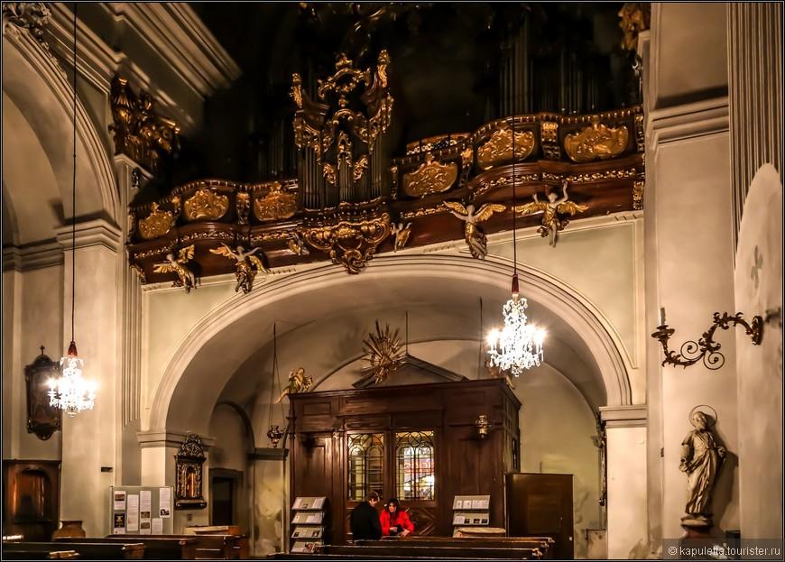 Старинный орган церкви - это произведение Иоганна Хенке от 1763  года.