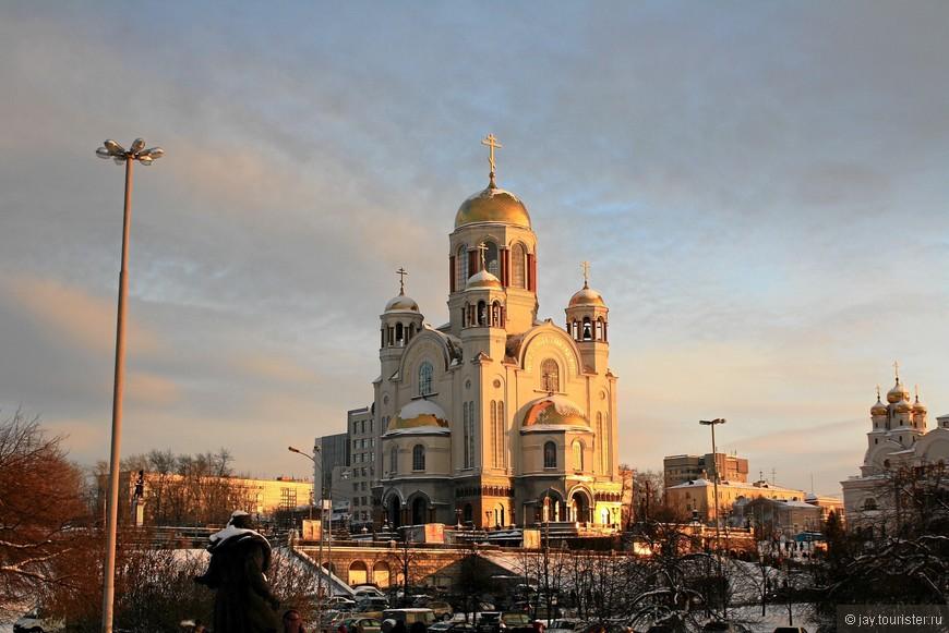 Храм-на-Крови. Построен на месте расстрела царской семьи.