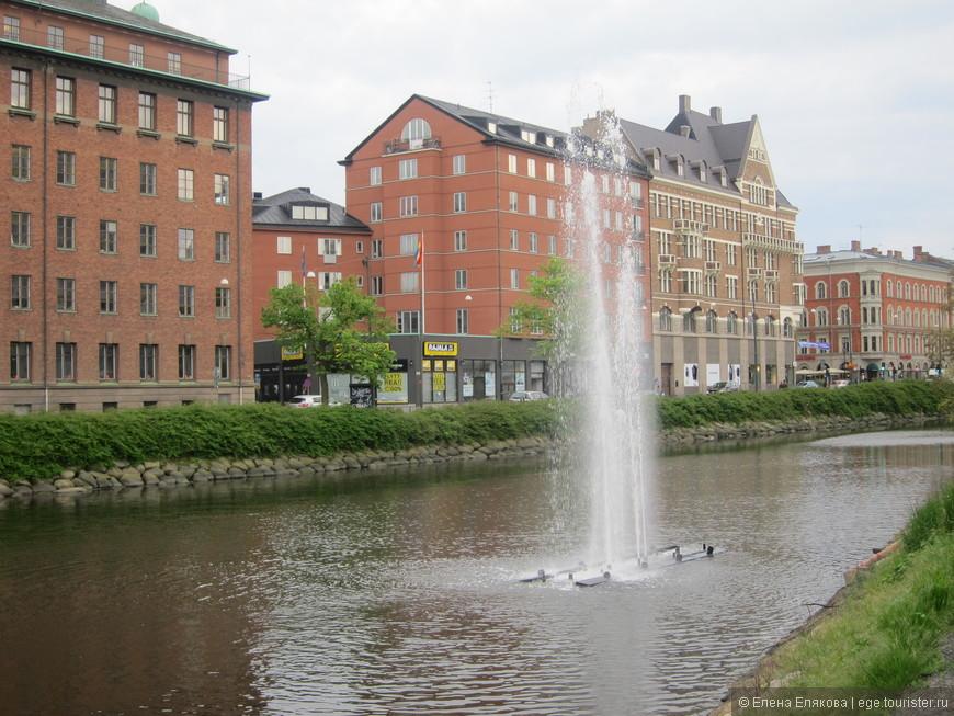 Фонтан на канале - с берега можно управлять кнопками количеством и высотой струй