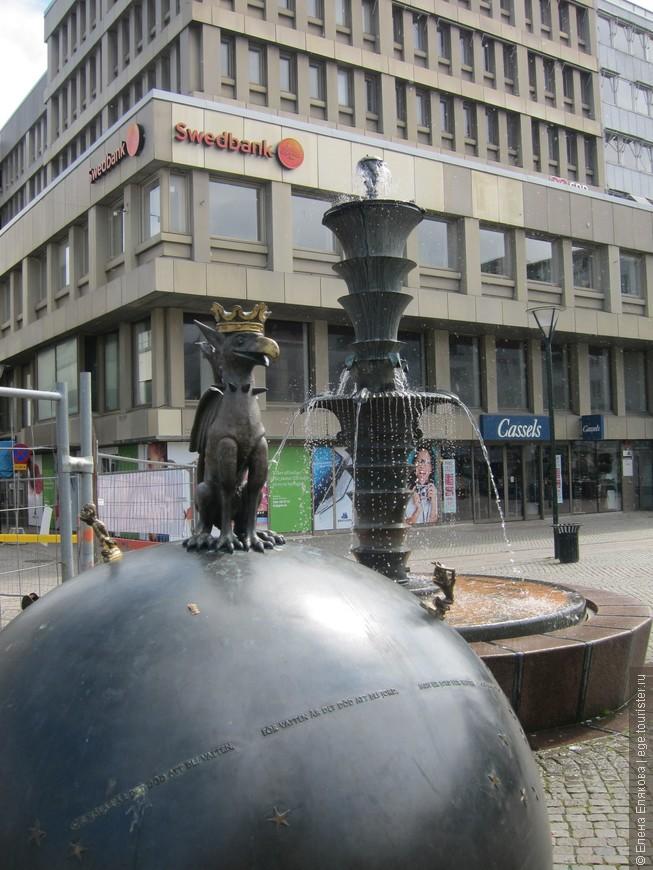 Грифон и фонтан.  Этого грифона мы долго не могли найти, т.к. на фото в интернете он выглядел очень большим, а на самом деле оказался малышом.