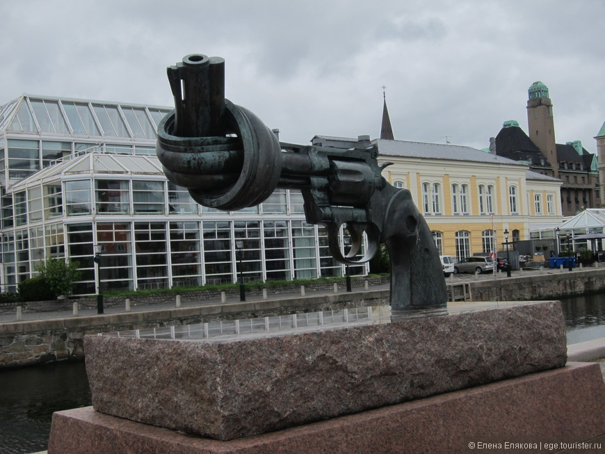 Скульптура пистолета с завязанным дулом, аналогичные скульптуры есть и в других городах мира.