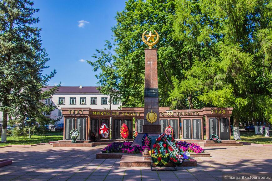 памятник Погибшим в Великой Отечественной Войне на главной площади города - плозади Партизан