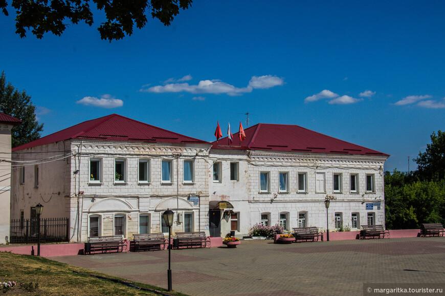 лицевая сторона Рузского районного краеведческого музея выходит на пл. Партизан