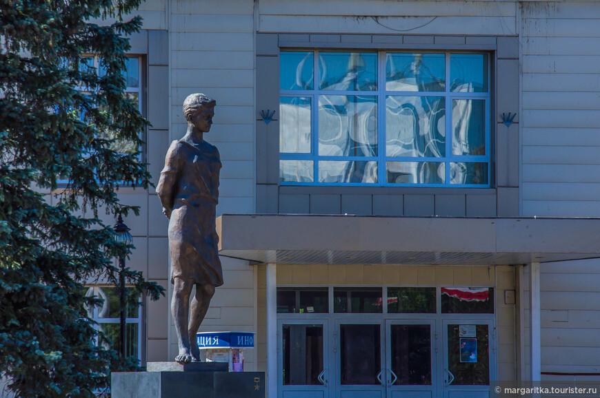 Памятник Зое Космодемьянской. Бронзовый памятник открыт 30 августа 2013 года. Высота с постаментом около 4,5 метров. Скульптор - Зураб Церетели.
