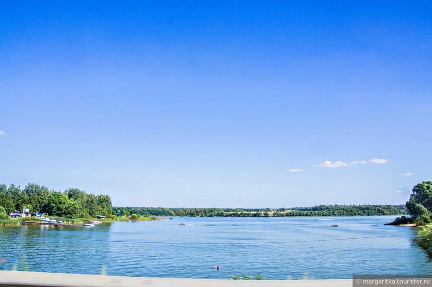 озерниниское водохранилище на севере  от Рузы. Покидая центр производства вкуснейшего кисло-молочного продукта мы подумали, что, пожалуй, специально в него ехать не стоит, но проездом можно заглянуть. Неплохой маршрут одного дня Звенигород-Руза-Можайск по свободной и хорошего качества дороге. Хотя летом вполне можно выехать на природу на целый день специально покупаться в чистой воде, половить экологически чистую рыбку и подышать восхитительным воздухом