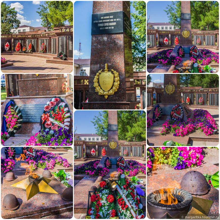 Монумент Погибшим в Великой Отечественной Войне состоит из стены с именами погибщих землячков, Стеллы и вечного огня