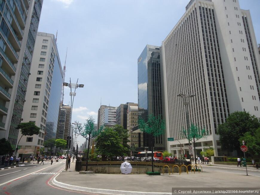 В район авениды Паулиста я приехал ближе к обеду на метро из района Луз. Вышел на станции метро - Estacao Paulista do Metro, примерно в этом месте, где и начинается главный проспект Сан-Паулу