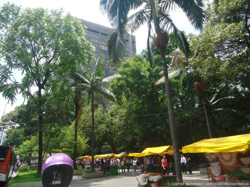 Примерно по середине проспекта Паулиста расположен парк Трианон