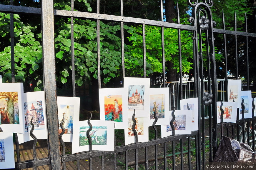 """04. На входе в парк """"Липки"""" выставка рисунков, почему-то мне пытались запретить их фотографировать, но я особо не спрашиваю для этого разрешения."""