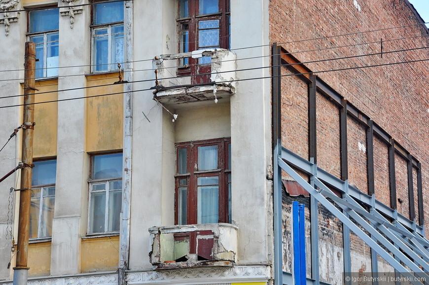 12. Как уже писал, многие здания находятся просто в аварийном состоянии.
