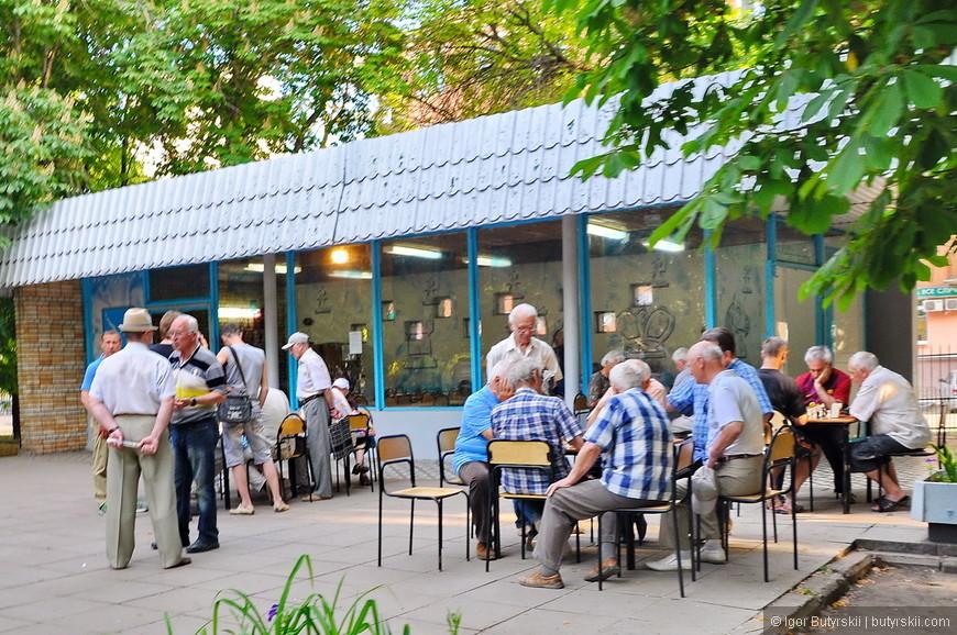 19. В парке пенсионеры играют в шахматы.