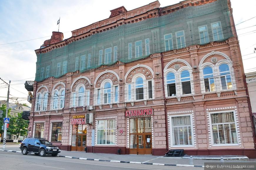 21. Некоторые здания все же реставрируют (или просто закрыли от осыпания).