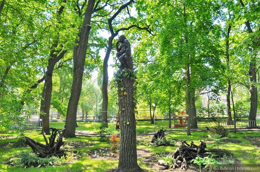 """26. Переместимся в городской парк """"Лукоморье"""". Парк очень большой по территории и полностью оборудован для отдыха. Посадки деревьев, отсутствие кустов, сочная трава - парк зеленый, натуральный. Множество статуй на сказочные темы. Вот соловей-разбойник."""