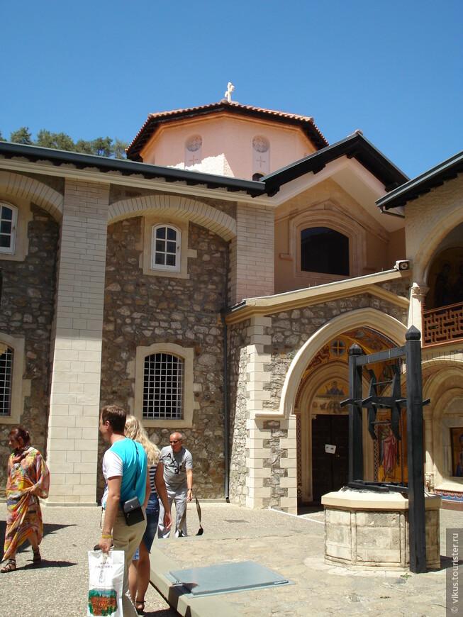 Монастырь богатый, наиболее разрекламированный и наиболее посещаемый туристами.
