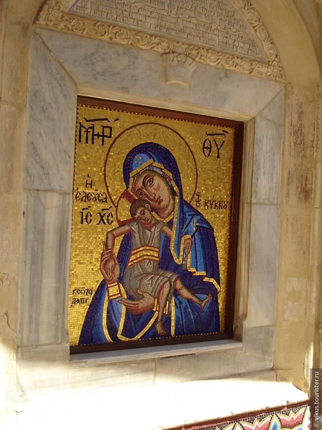 Кикосская Божья Матерь. Сама икона закрыта покровом, можно видеть лишь небольшую ее часть.