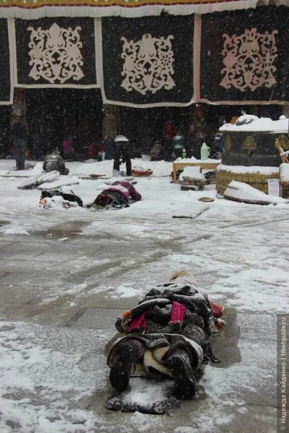 Паломники совершают простирания у Храма Джоканг в любую погоду.