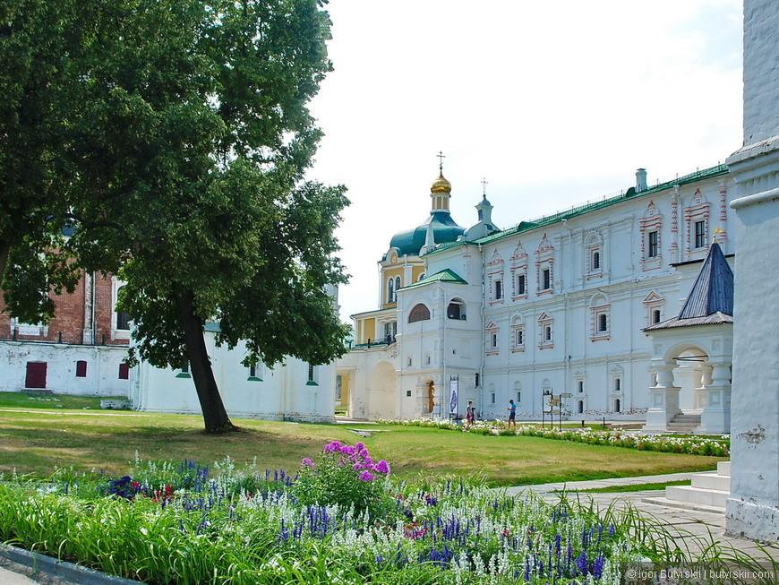 25. Территория кремля благоустроена, все чисто, аккуратно, красиво.