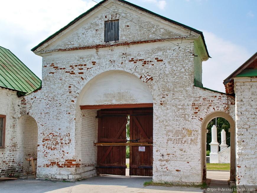 30. Ворота и стены Спасского монастыря.
