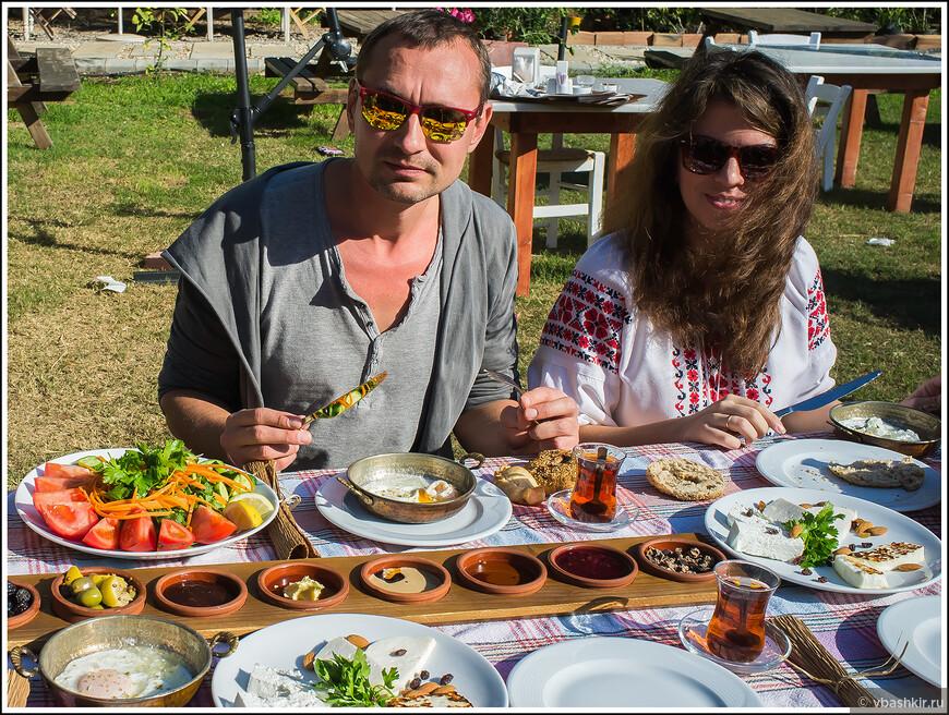 Артем CyprusExpert (a.k.a. Mnemon) и Даша за традиционным турецко-кипрским завтраком.