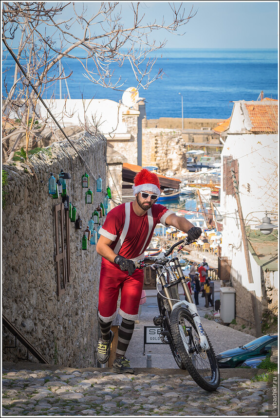 Керинея. Санта на велосипеде.