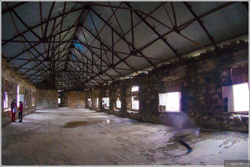 Продромос. Внутри заброшенного отеля. Призрак справа проявился только на фотографии! )))
