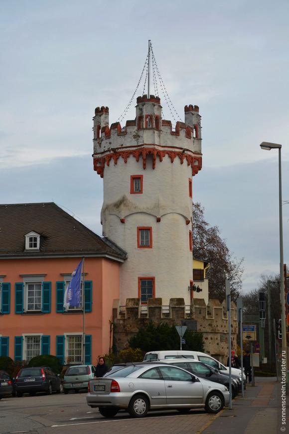 Орлиная башня в Рюдесхайме овеяна легендами и имеет богатую историю. Она являлась угловой башней старой городской стены, проходящей по берегу Рейна. Сооружение было построено в XV веке в стиле поздней готики. Башня составляет в высоту 21 метр, ее внутренний диаметр – 5 метров, толщина стены – 1 метр. Строение состояло из четырех этажей, включая подземные помещения, в которых размещалась темница и склады медикаментов, продовольствия и боеприпасов. Доступ в башню осуществлялся через отверстие в ее верхнем отсеке. Долгие годы сооружение простояло в забвении. В XX веке в башне размещалась гостиница «Zum Adler», от которой она и получила свое название. Здесь часто любил останавливаться известный немецкий поэт Иоганн Вольфганг фон Гете. В настоящее время Орлиная башня является собственностью банка, в определенные часы она открыта для посетителей.