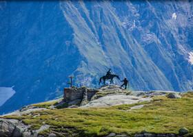 Главная достопримечательность перевала - Памятник Суворову - не гордому генералу, а измученному маленькому старичку (а Суворову во время Альпийского похода было уже 70 лет), лошадь которого ведет местный проводник - охотник Антонио Гампа. Памятник выполнен скульптором Тугариновым в 1999 г.