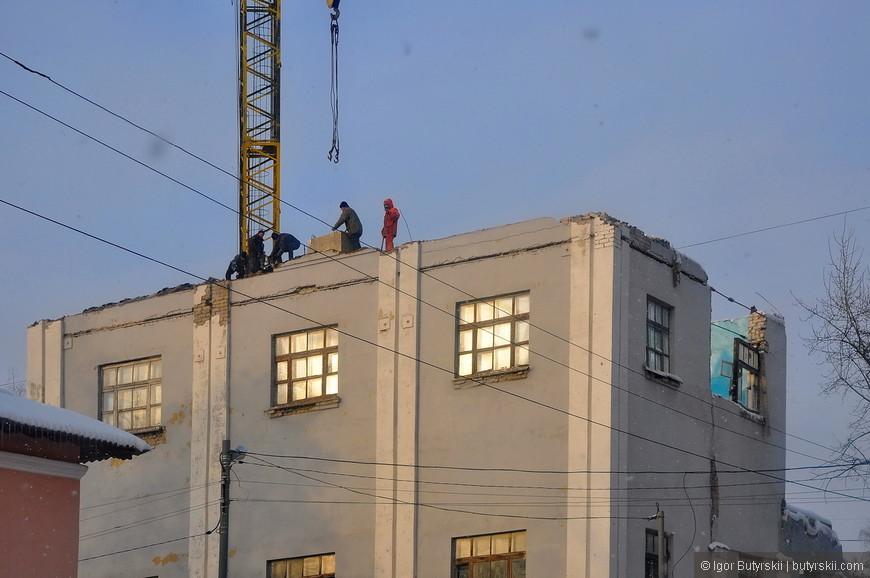 02. Очень интересно организован снос здания. Даже окна не вынули, техника безопасности? Не, не слышали... :)
