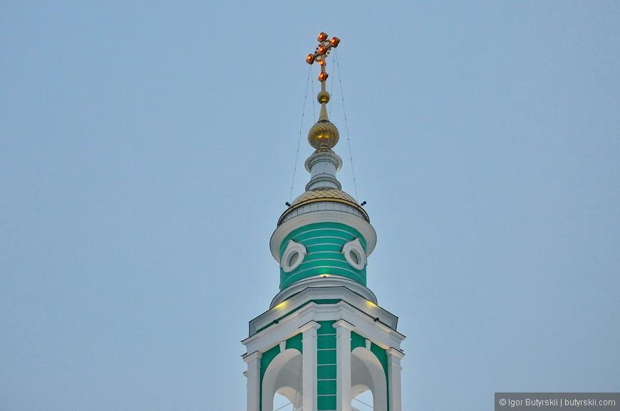 14. Три креста колоколен подсвечиваются шестью лампами.