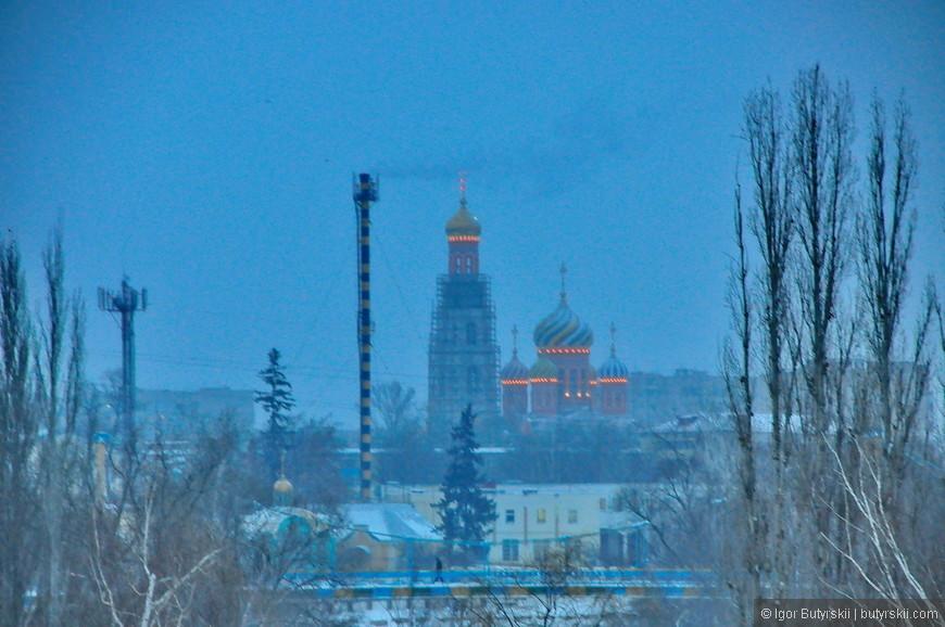 24. Подсветка Вознесенского собора вдали. Крест колокольни тоже светится шестью лампами.