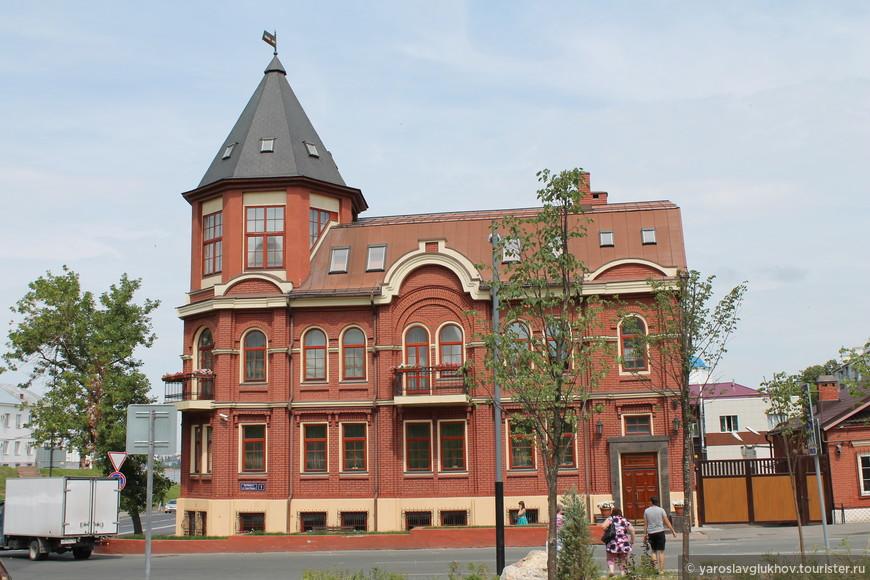 Современный дом-замок на улице Батурина.