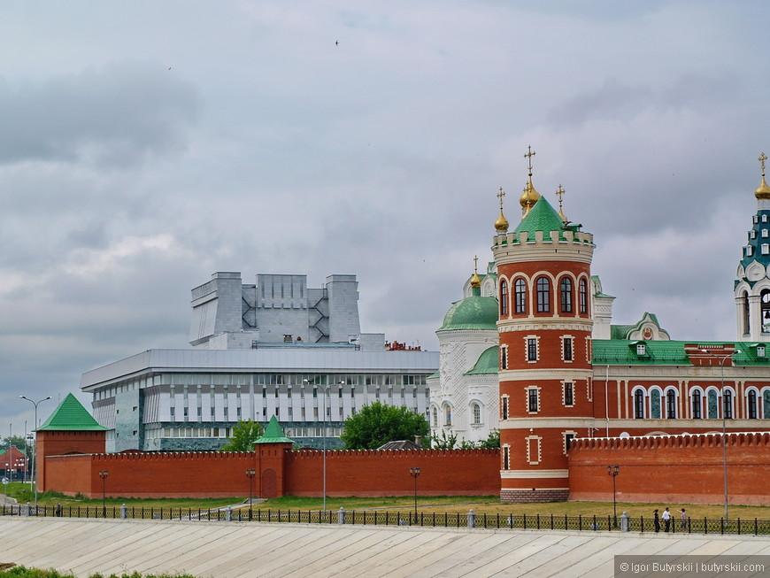 18. Советское прошлое немного разбавляет европейские виды набережной, так сказать, ложка дегтя. Но само здание интересное.