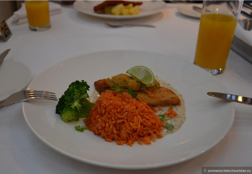 Я перешла сразу же к основному блюду. Рис и рыбка в панировке.