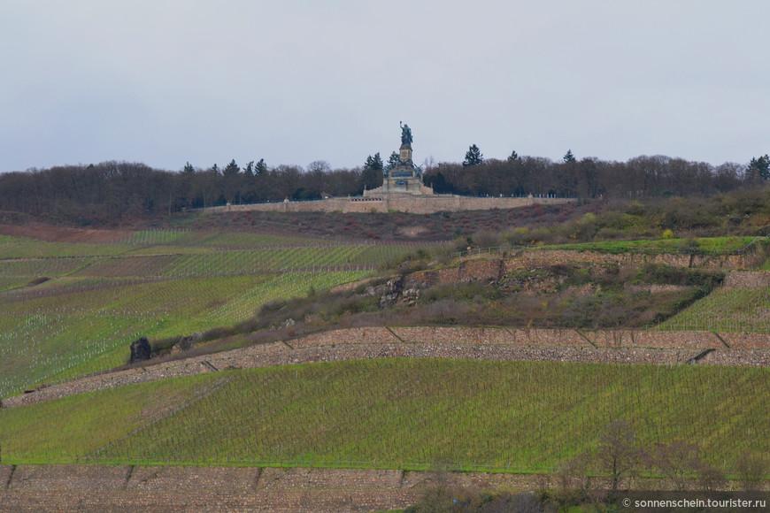 Высоко на гребне горной гряды Нидервальд в Рейнских Сланцевых горах возвышается монументальная фигура Германии, видная издалека.