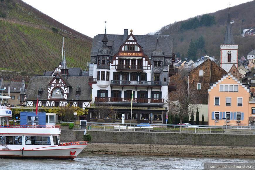 Помимо старинных рыцарских и не очень рыцарских замков, район Среднего Рейна примечателен и своими городками. Городки эти разбросаны по его берегам, причем разбросаны довольно густо, так, что, зачастую, из одного хорошо виден другой, ибо расположены они практически один против другого на разных берегах реки. Есть у них много общего, есть и своя специфика, из-за которой одни более известны и являются чем-то вроде повсеместно признанных туристических центров. Общее у них, в первую очередь, то, что они весьма и весьма солидного возраста. Практически каждый имеет корни во временах кельтских или древнеримских поселений. В ряде мест, кое что от тех времен даже можно увидеть.