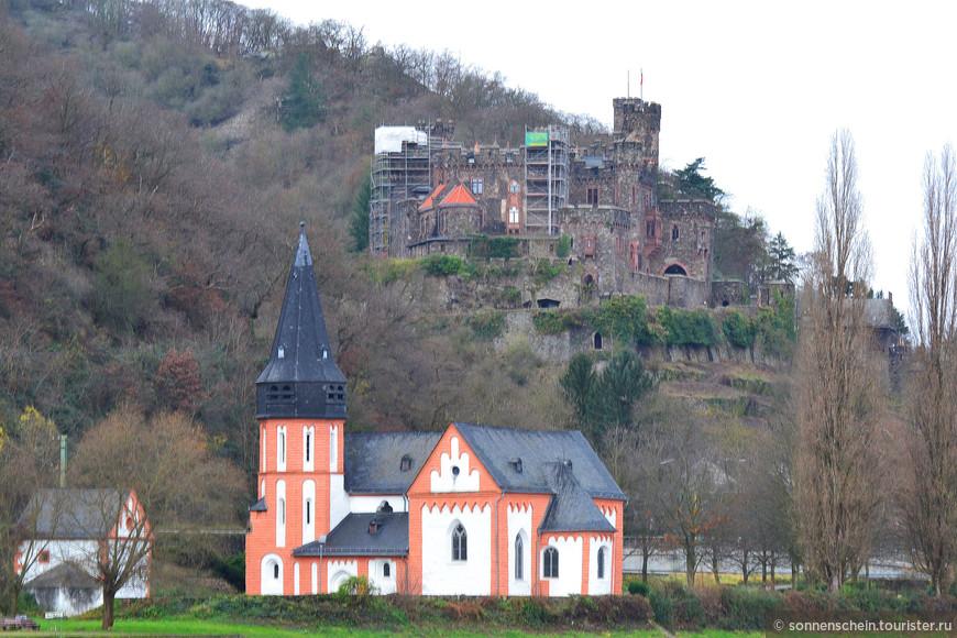 Замок Райхенштайн.Самое старое из строений датируется началом 11 в., тогда оно принадлежало аббатству поблизости от Аахена, получившему земли в дар от Людвига Благочестивого. Аббатство назначало рыцарей для защиты замков. Одним из них был рыцарь Райнбодо (1151-1196), а затем его потомки.Герхард Райнбодо был разбойником и грабил проезжавших. В 1213 г. его отстранили от управления замком, и замок впервые был упомянут в письменных источниках. В 1241 г. замок получил Филипп фон Хоэнфельс, также разбойник. В 1253 г. архиепископу Майнца пришлось завоевать замок. Филипп фон Хоэнфельс пообещал хорошо себя вести. Вместо этого он отстроил замок заново и укрепил его, продолжив заниматься грабежами, пользуясь политической нестабильностью, его деятельность продолжил его сын Дитрих.