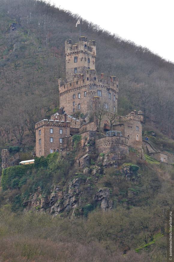 Еще один замок, очень похожий на два предыдущих, Зоонек , находится недалеко от следующего селения по левому берегу - Нидерхаймбаха. Судьба у него похожая: построен в 13 в., в 14 в. достался разбойникам фон Хоэнфельс и их подельникам, за что и был разрушен с запретом на восстановление, который отменили уже в середине 14 в., когда замок достался архиепископам Майнца.