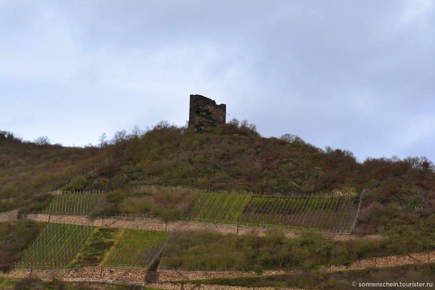 """Крепость Ноллих """"Сторожевая"""" -на высокой скале над долиной Рейна- была не рыцарским замком, а северо-западным контрфорсом городского укрепления Лорха."""