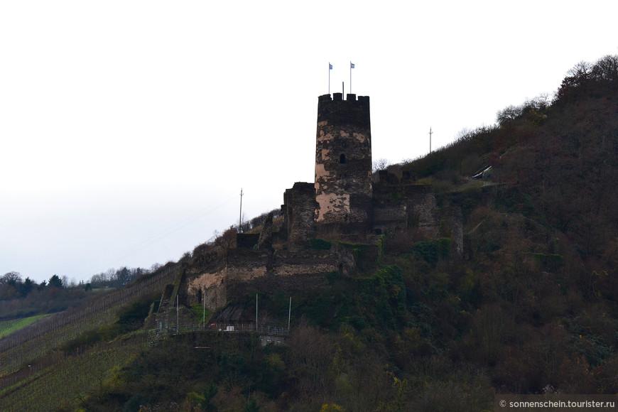 Еще через полтора километра - руины замка Фюрстенберг. Замок был возведён в 1219году архиепископом Кёльна для защиты своих владений вокруг Бахараха. Фюрстенберг является частным владением. Ветер и срывающиеся капли дождя не давали мне качественно фотографировать замки, да и зима не самое красивое время года для фотографирования. Вообщем, дорогие друзья не обесcудьте.