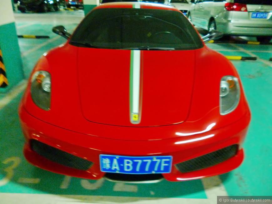 30. Ferrari F430. Номера на машинах тоже котируются, напоминает Россию. Я очень люблю машины, а для любого любителя автомобилей попасть в такой рай - мечта. Машины не просто стоят как в салоне, их можно фоткать, трогать и что угодно делать.