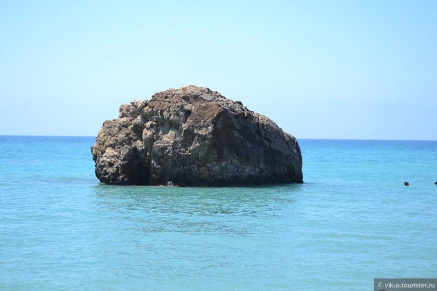 Я не до конца уверена, но, кажется, это и есть камень Афродиты, вокруг которого надо проплыть.
