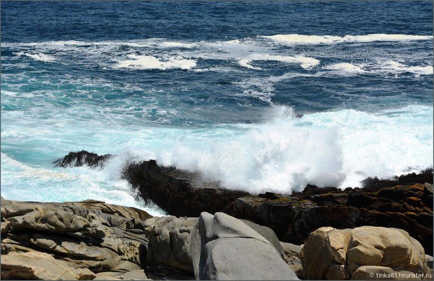 Волны с грохотом разбиваются о камни. Приятное зрелище и для глаз, и для ушей.
